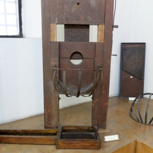 a guillotine with a drainage system